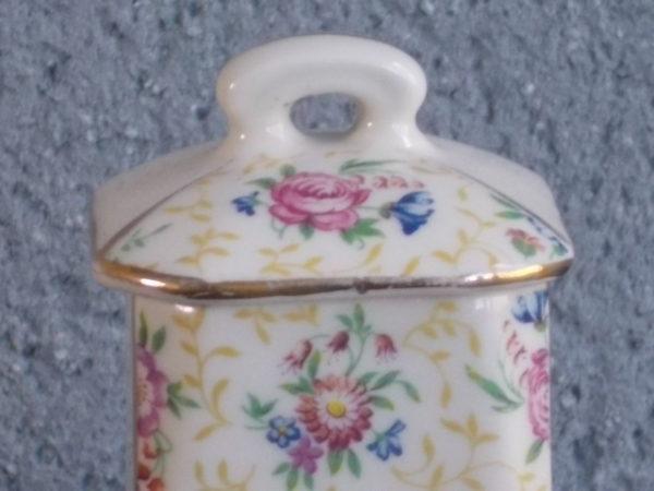 """Pot à Épices """"Poivre"""" et """"Épices"""", en faience Ivoire. Motif floral , souligné par dorure. Sérigraphie Noire. Décoré par P.L France"""
