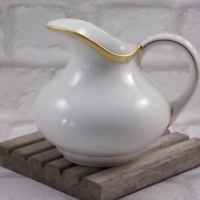 """Pot à lait """"Cruche"""" en porcelaine Blanche, décors et liseré en dorure."""