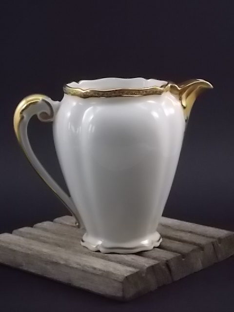 """Pot à lait """"Or"""", en porcelaine Blanche et dorure de l'Ancienne fabrique Royale de Limoges France"""