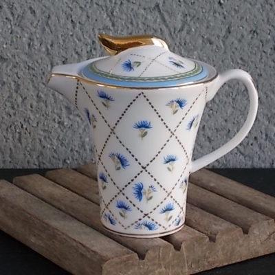 Pot à lait couvert, en porcelaine Blanche à motif floral, souligné de dorure. De Marta Marzotto