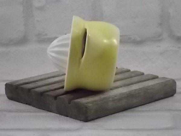 """Presse Citron, barbotine en faïence Blanche, motif """"Peau de Citron"""" Jaune. Façonné en 1 seul bloc. Modèle C 130 de Germany"""