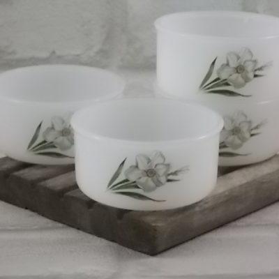 """Ramequin """"Narcisse"""" rond, en verre Opale trempé Blanc laiteux. Décors floral sérigraphié polychrome. De la marque Arcopal"""