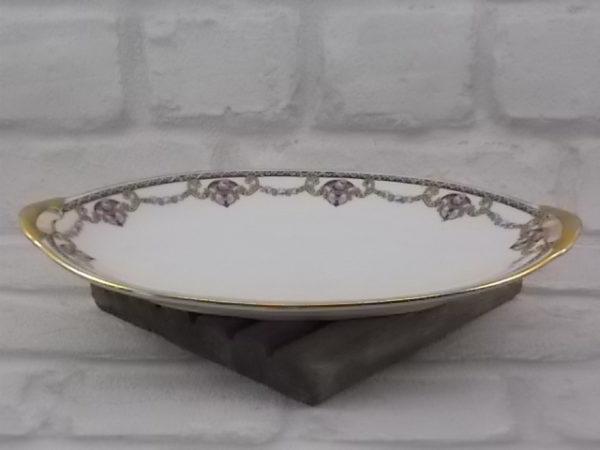 Ravier à poignée, en porcelaine Blanche et guirlandes fleuries, souligné d'une frise et liseré en dorure. De J. Boyer Limoges France