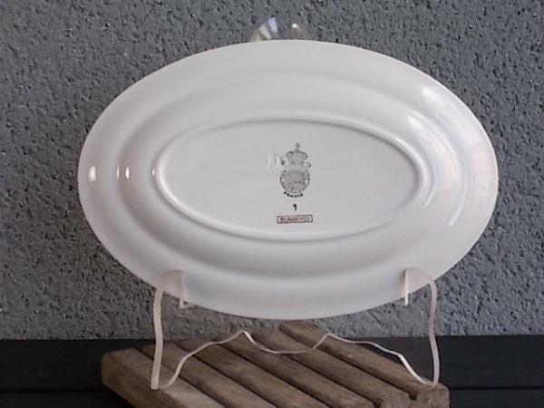 """Ravier """"Beaugency"""", ovale , en demi porcelaine Blanche et motif floral. Réhausse de frise et liseré en dorure. De K & G Lunéville"""