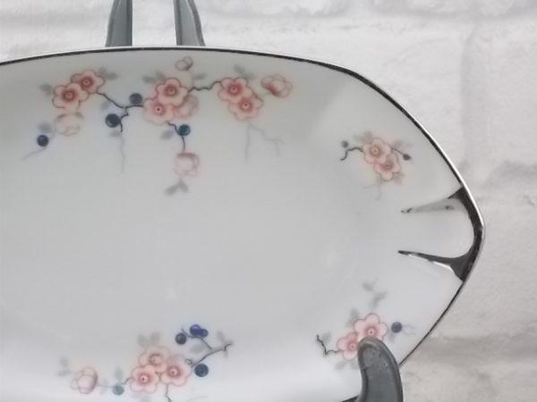 """Ravier """"Hexagonal"""", en porcelaine Blanche. Motif floral stylisé de branche fleurie à baie. Du décorateur J. Boyer à Limoges France (1920/34)"""