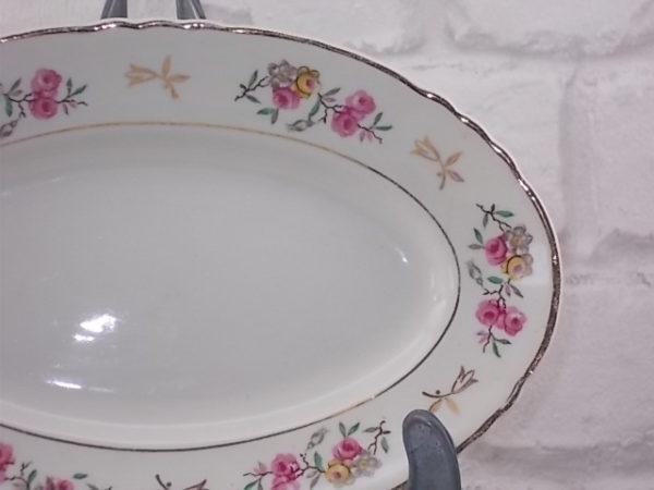 """Ravier creux ovale, en faïence Ivoire, motif floral et dorure. Modèle """"Castille"""" de la Faïencerie d'Orchies"""