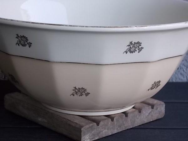 """Saladier """"Chevalier"""", en semi porcelaine Ivoire et Beige. Motif floral en dorure. De Moulin des Loups St Amand"""