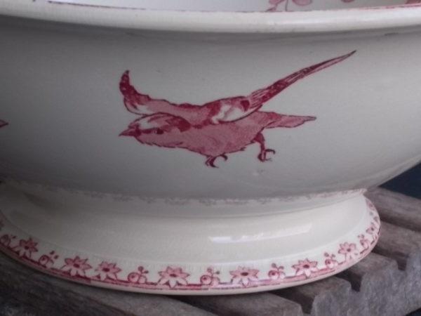 """Saladier """"Favori"""", en faience Ivoire. Motif floral et Oiseaux Rose. Forme ronde évasée sur piédouche. De Faïencerie de Sarreguemines"""
