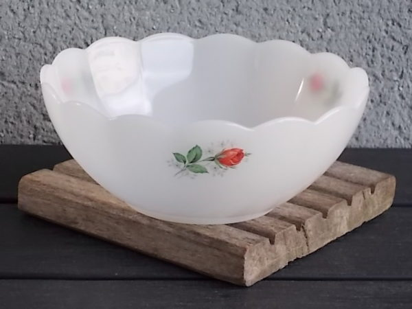 """Saladier """"Rose de France"""" 15.5 cm, en verre Opale et motif de Roses Rouges. De la marque Arcopal France"""