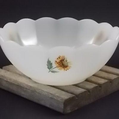 """Saladier """"Tournesol"""", en verre Opale bordure festonné. Décors floral sérigraphié. De la marque Arcopal France"""