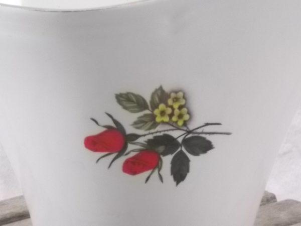 """Saucière """"Carmen"""" en faience Blanche. Motif floral sérigraphié polychrome. Souligné d'un liseré en dorure. De Moulin des Loups, Orchies"""