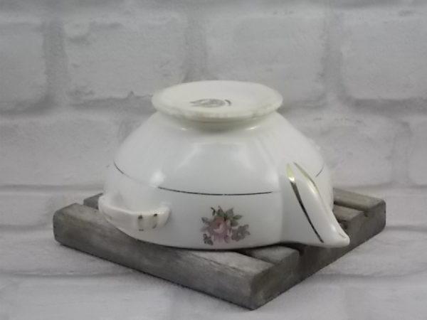 """Saucière """"Cordoue"""", en faïence Écru et motif floral et dorure. A oreille et double bec verseur. De la maison Moulin des Loups Orchies"""