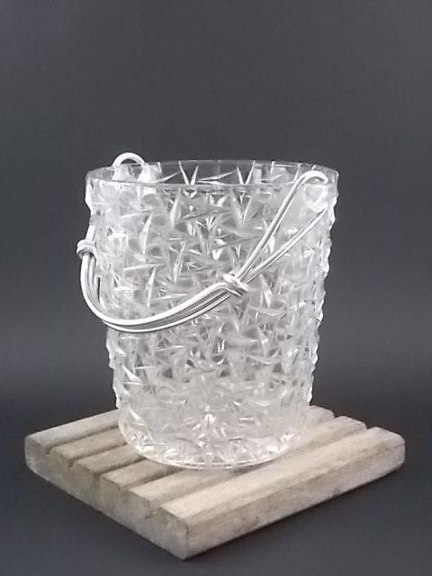 """Seau à glace """"Pointe géométrique"""" en verre moulé pressé. Anse en métal Aluminium."""