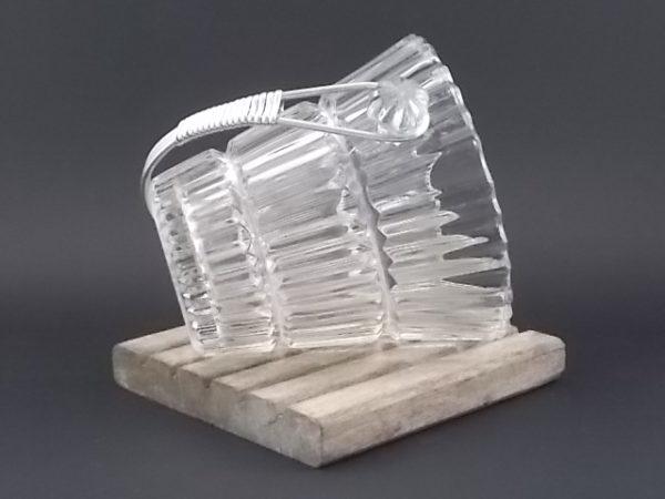 """Seau à glace """"Plissé"""" en verre moulé, pressé. De forme évasé. Anse en métal Aluminium amovible. Année 50/60."""