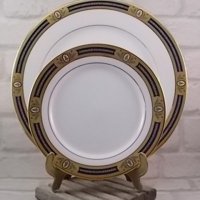 """Service à dessert """"Les Abeilles de Chantenoy"""" en porcelaine fine Blanche, galon 2 Or et Bleu Cobalt, motif en médaillon. De la Manufacture Royale de Limoges."""