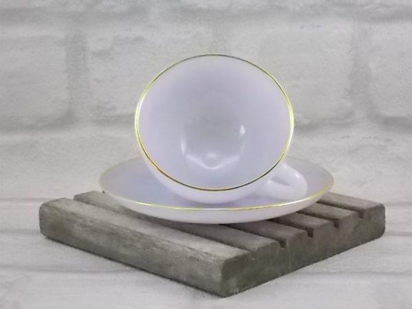 """Service à thé """"Opale"""", en verre opale trempé, Arlequin clair et liseré en dorure. Service de 6 pièces. De la maison Arcopal."""