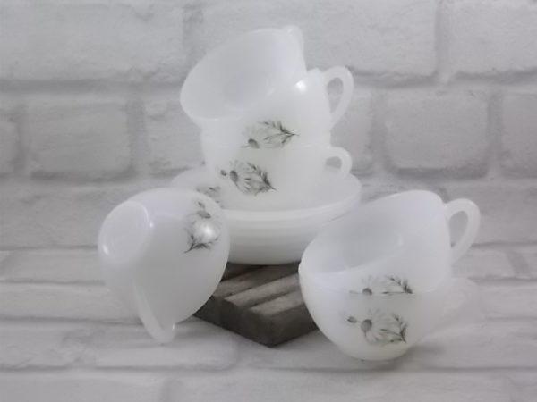 """Service à Thé """"Marguerite"""", en verre Opale Blanc laiteux, motif sérigraphié d'Arcopal, année 60"""