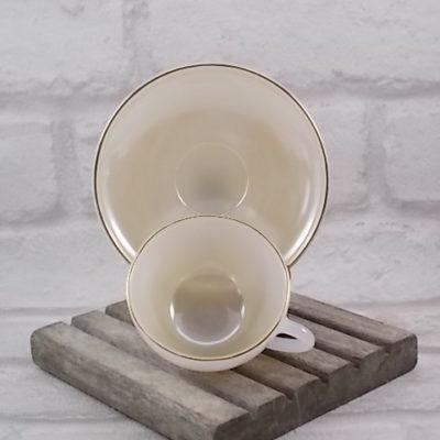"""Service Expresso """"Arlequin"""", en verre Opale d'Arcopal. De couleur pastel irisé nacré, souligné d'un liseré en dorure."""
