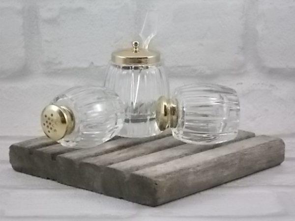 Serviteur à Condiment en panier, en verre et métal doré. Décors de guirlande ajourée