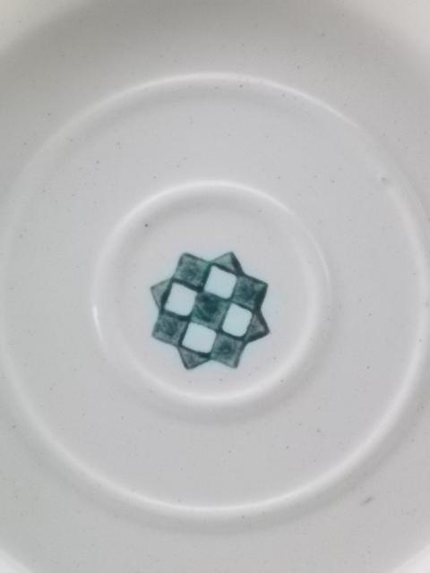 Soucoupe en faïence Ivoire, motif central géométrique Vert, de Somain