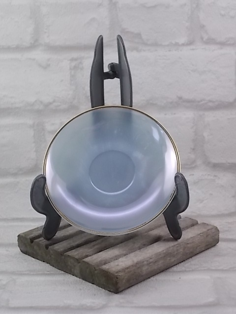 """Sous tasse """"Arlequin"""", en verre Opale d'Arcopal. De couleur vive irisé nacré souligné d'un liseré en dorure"""