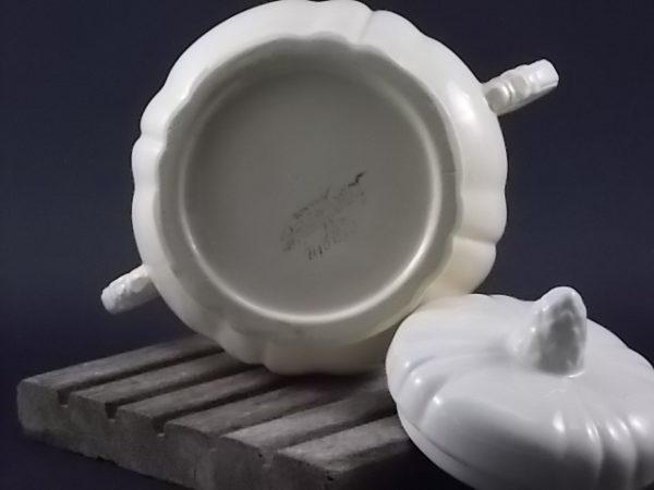 """Sucrier """"Ivoire"""", en faience Opaque. Bordures chantournées, poignée forme Pomme de Pin. De la manufacture Digoin Sarreguemines"""