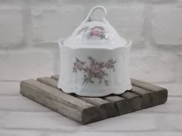 """Sucrier """"Julia"""", en porcelaine Blanche à motif sculpté en relief. Motif floral Rose et Vert. De Seltmann Weiden, Bavaria."""