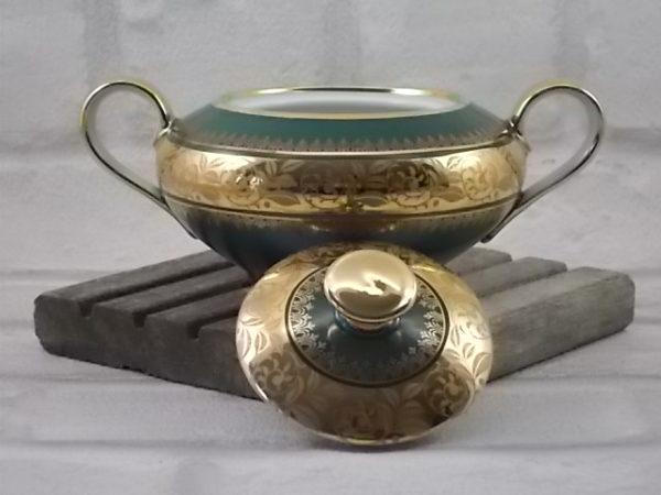 Sucrier en porcelaine Blanche et Vert mat, galon de fleurs stylisés en dorure double incrustation et rinceau or