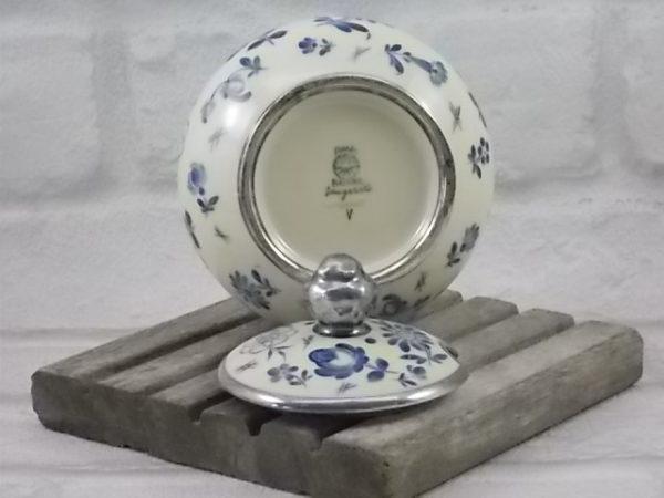 Sucrier en porcelaine Écru. Décors peint à la main, motif de fleurs stylisées. bordure Argentée. De P.M.R Jaeger & Co.