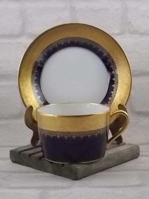 Tasse à Chocolat en porcelaine Blanche et Bleu de Four, rinceaux et galon incrustation double dorure de Vignaud Frères Limoges