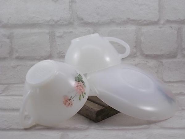 """Tasse à Déjeuner, en verre Opale Blanc laiteux, motif sérigraphié """"Roses de France"""" d'Arcopal."""