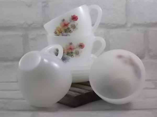 """Tasse à Déjeuner, en verre Opale Blanc laiteux, motif sérigraphié """"Anémones"""" d'Arcopal."""
