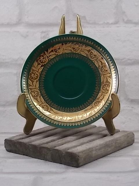 Tasse à café pied douche en porcelaine Blanche et Vert mat, galon de fleurs stylisés en dorure double incrustation et rinceau or