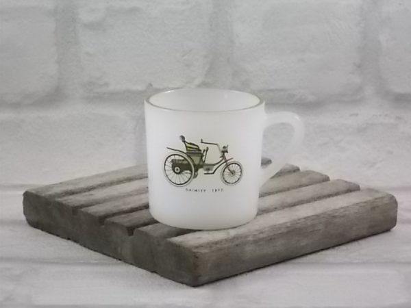 """Tasse à café """"Saxe"""", ronde et droite, en verre trempé Blanc laiteux. Décors de Voiture Ancienne, finition liseré en dorure, d' Arcopal"""