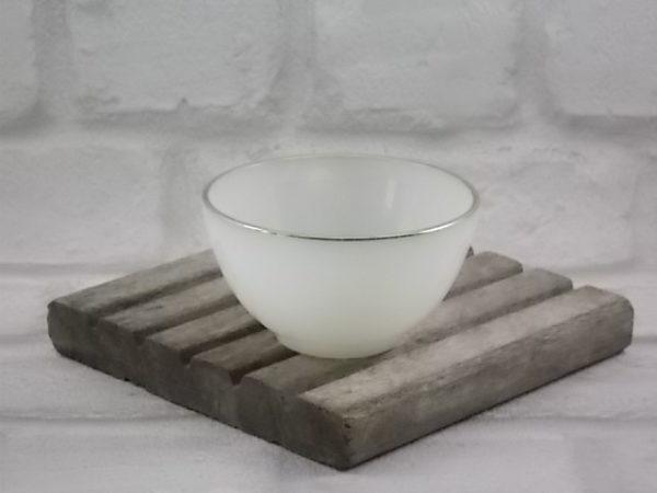 """Tasse à thé """"Opale Ivoire"""", en verre Opale trempé Ivoire laiteux, bord liseré dorure. De la marque Arcopal"""