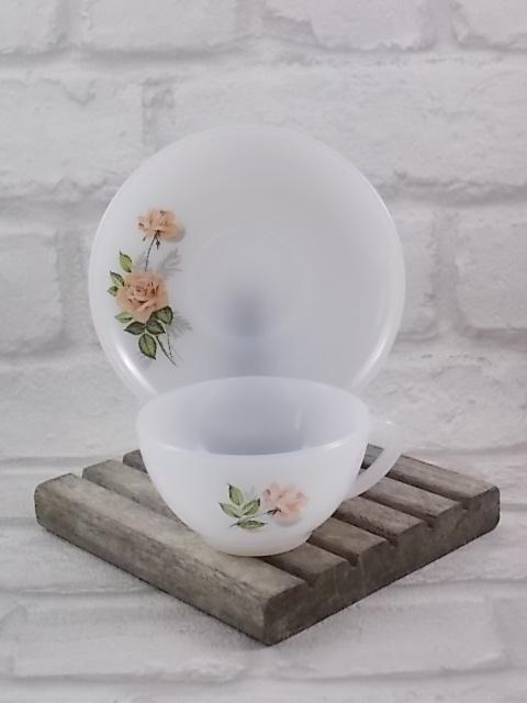 """Tasse à Café, en verre Opale Blanc laiteux, motif sérigraphié """"Roses de France"""" d'Arcopal."""