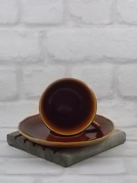 """Tasse à café, en faïence Marron dégradé au motif torsadé. Modèle """"Trianon"""" de Boch Frères, La Louvière."""