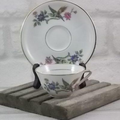 """Petite tasse et soucoupe en porcelaine Blanche, décors """"Oiseau sur branche fleurie"""" et dorure. De P. Dussault Limoges France."""