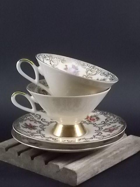 Tasse sur piédouche et sous tasse en porcelaine. Décors floral en cartouche et dorure. De Gareis Waldsassen Bavaria