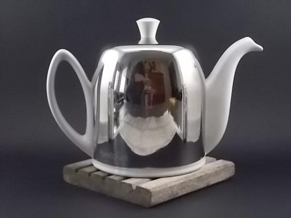 """Théière """"Salam Thé"""" en porcelaine Blanche. Cloche en Acier Inoxydable. Contenance 6 tasses - 100 cl. De Guy Degrenne"""