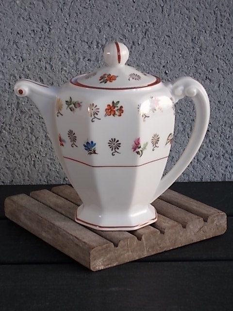 Théière, en porcelaine Blanche. Motif floral et fleurs stylisées en dorure. Liseré Rouge Brique. De S.A Limoges Porcelaine France