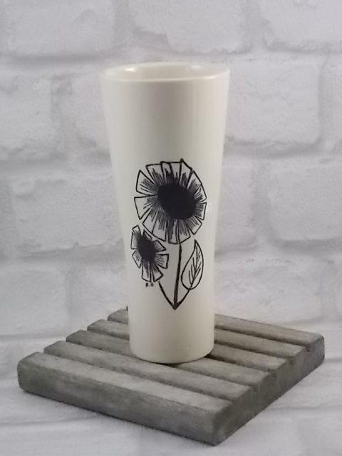 """Vase """"Alnn"""", en céramique Ecru. Motif floral stylisé Noir. Création Floralies de 1969, de Niderviller"""