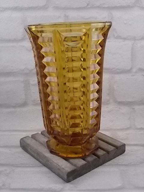 """Vase """"Ambré"""", en verre pressé moulé. Forme ennéagone. Effet de pans plissé. Style Art Déco"""