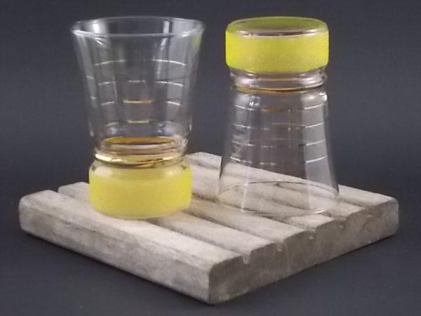 """Verre à Apéritif granité """"Jaune"""", en verre. Décors d'une bande de verre projeté Jaune. Bande et liserés dorure."""