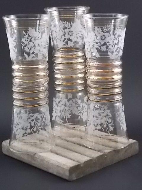 """Verre à apéritif granité """"Fleurs"""", en verre à motif floral en verre projeté Blanc. Bandes et liserés en dorure. Année 40/50"""