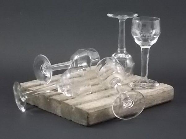 """Verre à liqueur à pied """"Guirlande"""", en verre soufflé, ciselé dépoli. Forme ballon à légère facettes."""
