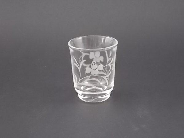 """Verre à liqueur """"Genet"""", motif de fleurs gravé dépoli. Forme droite style timbale."""