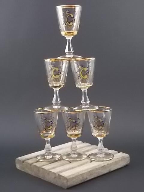 """Verre à liqueur monogramme """"C"""", conique, à pied, en verre sérigraphié Bleu et Or. Décors floral souligné de liseré en dorure."""