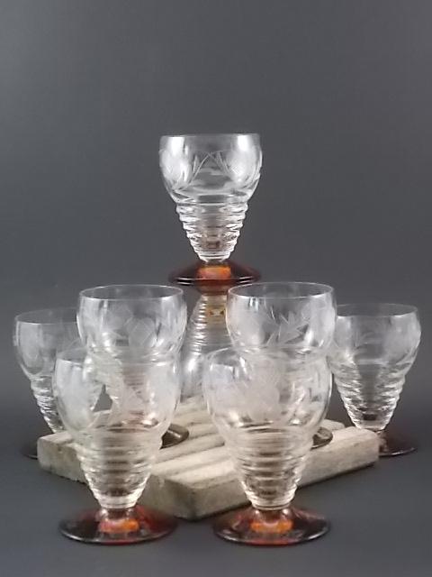 """Verre """"Ambré"""" en verre soufflé, ciselé dépoli. Forme cascade Poire sans pied. Base en verre teinté Ambre."""