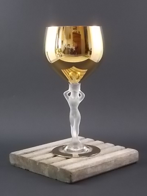 """Verre """"Vénus"""", à vin en Cristal 24 % de Plomb. Calice et bordure de cuvette en dorure. Pied Femme nue en cristal dépoli. De Royale de Champagne de Bayel"""